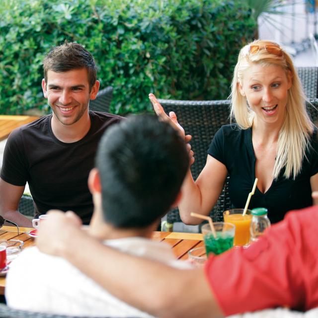 Groupe d'amis à la terrasse d'un café