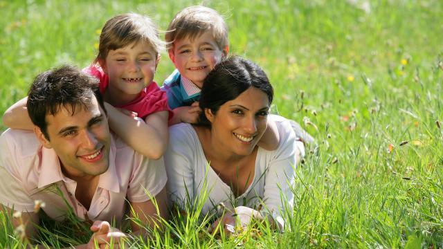 famille qui joue sur l'herbe