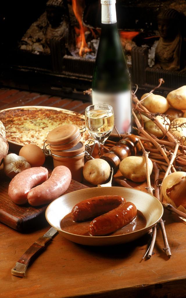 table garnie de victuailles avec Saucisses fraîches de pays